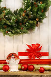 Feiertag Wreath mit Schnekugel Stockfotos