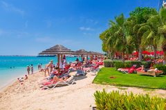 Feiertage auf dem Strand in Abu Dhabi Stockbild