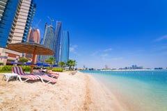 Feiertage auf dem Strand in Abu Dhabi, Vereinigte Arabische Emirate Lizenzfreie Stockbilder