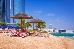 Feiertage auf dem Strand in Abu Dhabi, Vereinigte Arabische Emirate Lizenzfreie Stockfotografie