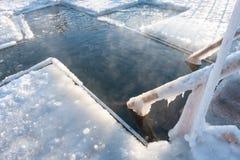 Feiertage der orthodoxen Taufe Wintertradition Ein Loch in Form eines Querschnittes im Eis auf einem Fluss oder einem See für das lizenzfreies stockbild
