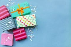 Feiertage giftboxes auf dem blauen Pastellhintergrund Lizenzfreies Stockfoto