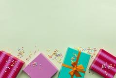 Feiertage giftboxes auf dem gelben Pastellhintergrund für lizenzfreie stockfotos