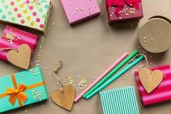 Feiertage giftboxes auf dem Kraftpapier für Mutter ` s DA stockfotografie