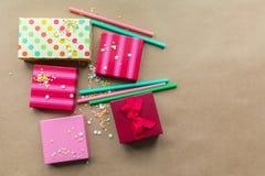 Feiertage giftboxes auf dem Kraftpapierhintergrund lizenzfreies stockfoto