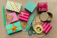 Feiertage giftboxes auf dem Kraftpapierhintergrund für Mutter ` s DA stockbilder