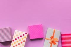 Feiertage giftboxes auf dem tadellosen Pastellhintergrund Lizenzfreie Stockbilder