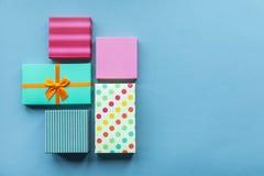 Feiertage giftboxes auf dem tadellosen Pastellhintergrund für Stockbilder