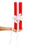 Feiertage lieben Glückkonzept - Mädchen mit Geschenkbox Lizenzfreie Stockbilder