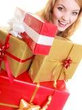 Feiertage lieben Glückkonzept - Mädchen mit Geschenkboxen Lizenzfreie Stockfotos
