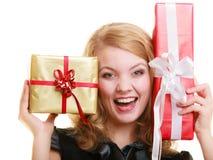Feiertage lieben Glückkonzept - Mädchen mit Geschenkboxen Lizenzfreies Stockfoto