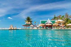 Feiertage am tropischen Swimmingpool Stockfoto