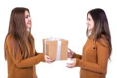 Feiertage und Freundschaftskonzept - glückliche Mädchen mit Geschenkboxisolator Stockbilder
