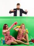 Feiertage und Puppe Herrschaft und Abhängigkeit Verrückte Mädchen und Mann Halloween Weinlesemodefrauen Marionette und Mann stockbilder