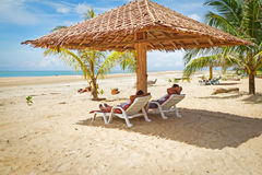 Feiertage unter Sonnenschirm in Andaman Meer Stockbilder