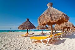 Feiertage unter Sonnenschirm auf karibischem Strand Stockbild
