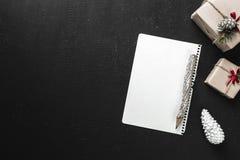 Feiertags-Buchstabe mit Textraum, hölzerner Bleistift mit Verzierungen und Weihnachts- oder des neuen Jahresgeschenken Abstraktes Lizenzfreie Stockfotos