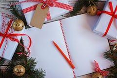 Feiertags-Dekor-Notizbuch für Mitteilung mit Geschenk-, Präsentkarton- und Goldklingelglocke Abstraktes Hintergrundmuster der wei Stockfotos