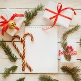 Feiertags-Dekor-Notizbuch für Mitteilung mit Geschenk, Präsentkarton und Zuckerstange Abstraktes Hintergrundmuster der weißen Ste Lizenzfreie Stockfotografie