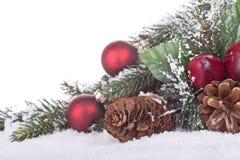 Feiertags-Dekorationen im Schnee Stockfotografie