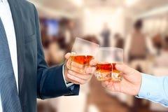 Feiertags-Ereignisgeschäftsleute, die mit Whisky sich zujubeln stockfotos