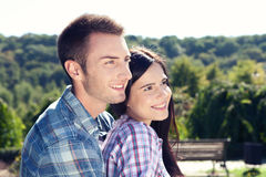 Feiertags-, Ferien-, Liebes- und Freundschaftskonzept - lächelndes Paar Lizenzfreie Stockfotografie