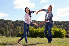 Feiertags-, Ferien-, Liebes- und Freundschaftskonzept - lächelndes Paar Lizenzfreies Stockfoto