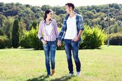 Feiertags-, Ferien-, Liebes- und Freundschaftskonzept - lächelndes Paar Stockbild