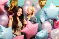 Feiertags-, Freund- und Leutekonzept - zwei Frauen in zufälligem wir Lizenzfreies Stockfoto