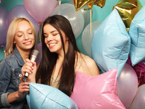Feiertags-, Freund- und Leutekonzept - zwei Frauen in zufälligem wir Stockfoto