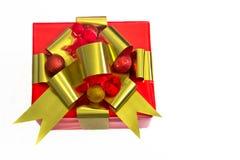 Feiertags-Geschenk eingewickelt im Rot mit Goldfarbbändern Stockbild