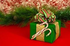 Feiertags-Geschenk mit Zuckerstangen Lizenzfreie Stockfotos