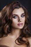 Feiertags-Goldfunkelnde Lidschatten Schönheit vorbildliches Girl mit Zauber-Make-up a lizenzfreie stockbilder