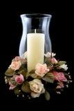 Feiertags-Kerze und Blumen-Mittelstück Lizenzfreie Stockfotos