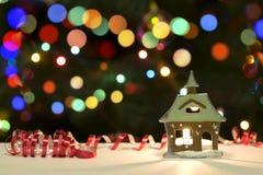 Feiertags-Kerzen-Dekoration auf Weihnachten-Bokeh-Unschärfe-Hintergrund Lizenzfreies Stockfoto
