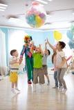 Feiertags-, Kindheits- und Feierkonzept - einige Kinder, die Spa? haben und auf Geburtstagsfeier in Unterhaltung springen stockfoto