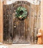 Feiertags-Kranz auf einem hölzernen Eingang in Santa Fe, New Mexiko Lizenzfreie Stockbilder