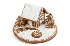 Feiertags-Lebkuchenhaus lokalisiert auf Weiß Stockbild