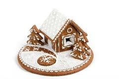 Feiertags-Lebkuchenhaus lokalisiert auf Weiß Lizenzfreies Stockbild