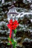Feiertags-rotes Band auf einem Yardlicht Stockfotos