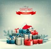 Feiertags-Weihnachtshintergrund mit Geschenkboxen und einem Sankt-Hut Stockfotografie