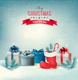 Feiertags-Weihnachtshintergrund mit Geschenkboxen und einem Stiefel Lizenzfreies Stockbild