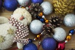 Feiertags-Weihnachtszusammensetzung spielt Kiefern-Kegel auf hölzernem Hintergrund Stockbild