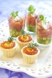 Feiertagsaperitifs mit Lachs- und rotem Kaviar Lizenzfreies Stockfoto