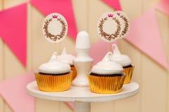Feiertagsbuffet mit kleinen Kuchen und Platz für Text Stockfoto