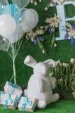 Feiertagsdekoration mit den blauen und weißen Bällen und den Blumen Stockbilder