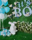 Feiertagsdekoration mit den blauen und weißen Bällen und den Blumen Lizenzfreies Stockfoto