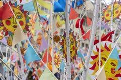 Feiertagsdekorationen, die den Anfang des Frühlinges symbolisieren Maslenitsa in Moskau lizenzfreies stockbild