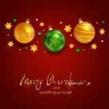 Feiertagsdekorationen mit den Weihnachtsbällen auf Rot gestrickt Stockfotos