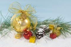Feiertagsdekorationen mit Goldkugel Lizenzfreie Stockfotos